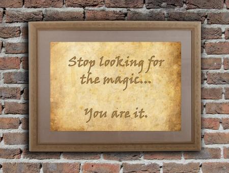 Ancien cadre en bois avec le texte écrit sur un vieux mur - Arrêtez de chercher la magie Banque d'images