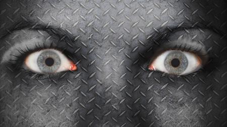 occhi sbarrati: Occhio di donne, close-up,, placca di metallo con gli occhi spalancati