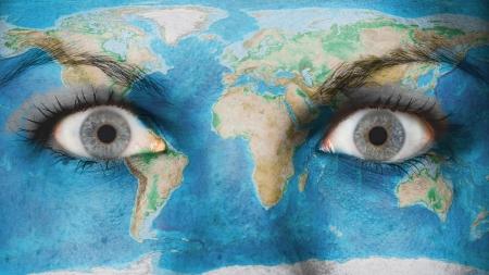 occhi sbarrati: Occhio di donne, close-up, gli occhi spalancati, la mappa del mondo Archivio Fotografico