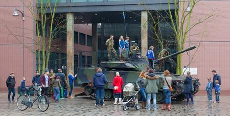 incursion: Leeuwarden, Pays-Bas - 6 avril: Les civils peuvent pour une fois voir et monter un v�hicule de combat hollandais 90 dans la ville de Leeuwarden, le 6 Avril 2014.