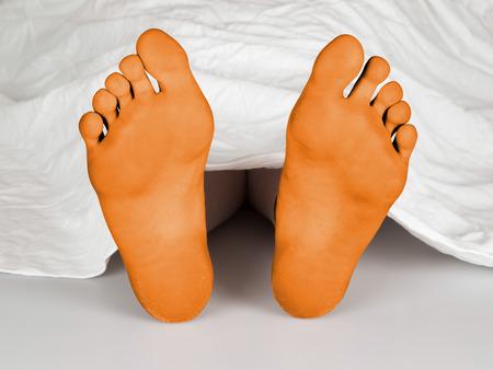 with orange and white body: Cuerpo bajo una s�bana blanca, suicidas, de dormir, de asesinato o la muerte natural, los pies anaranjados