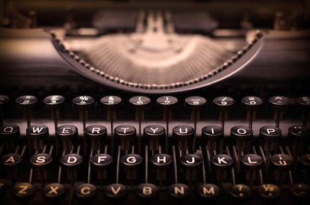 oude krant: Close-up van een vuile vintage schrijfmachine, warm filter