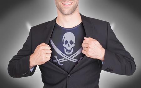 drapeau pirate: Ouverture costume d'affaires de r�v�ler shirt avec drapeau de pirate Banque d'images