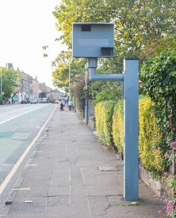 dagvaarding: UK statische flitspaal op een stoep in Edinburgh Stockfoto