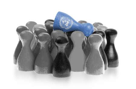 nazioni unite: Una pedina unica sulla cima di pedine comuni, la bandiera delle Nazioni Unite