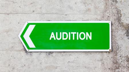 casting: Gr�nes Schild auf eine Betonmauer - Audition