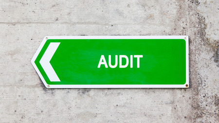 green sign: Segno verde su un muro di cemento - Audit