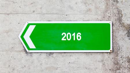 green sign: Segno verde su un muro di cemento - 2016 Archivio Fotografico