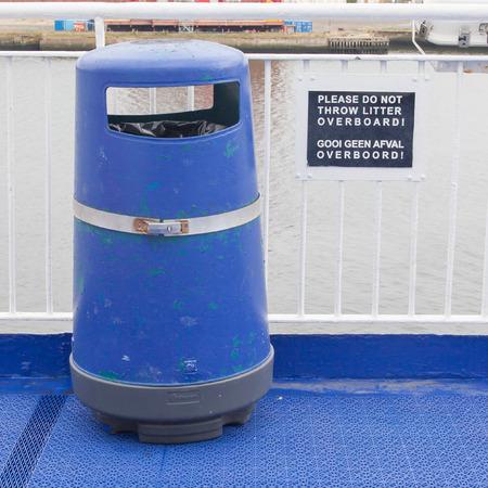 poubelle bleue: Bleu bin sur le pont de bateaux de croisi�re, ne pas jeter par-dessus bord liti�re