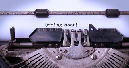 Vintage inscription faite par vieille machine à écrire, à venir bientôt