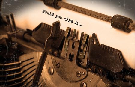 would: Close-up di una vecchia macchina da scrivere con carta, messa a fuoco selettiva, ti dispiacerebbe se Archivio Fotografico