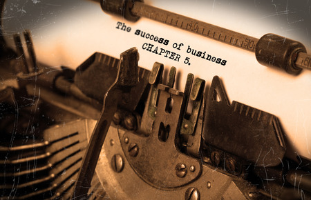 successes: Close-up di una vecchia macchina da scrivere con carta, messa a fuoco selettiva, il successo del business - Capitolo 5 Archivio Fotografico