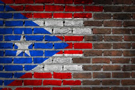 bandera de puerto rico: Muy vieja textura de la pared de ladrillo rojo oscuro con la bandera - Puerto Rico Foto de archivo