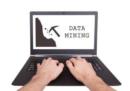 mineria: Hombre que trabaja en la computadora port�til, la miner�a de datos, aislados