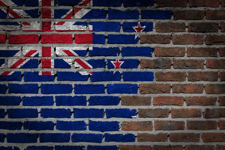 bandera de nueva zelanda: Muy vieja textura de la pared de ladrillo rojo oscuro con la bandera - Nueva Zelanda Foto de archivo