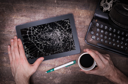 écran ordinateur tablette avec du verre brisé, détruit