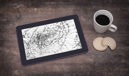 i pad: Tablet computer with broken glass