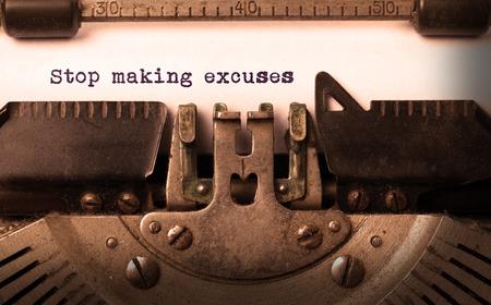 Vintage inscription faite par vieille machine à écrire, cesser de faire des excuses