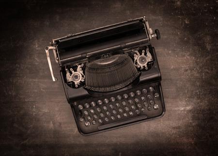 the typewriter: Vista superior de una vieja m�quina de escribir sobre una mesa de madera - efecto caliente Foto de archivo
