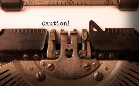 maquina de escribir: Inscripci�n de la vendimia hecha por la m�quina de escribir vieja, precauci�n