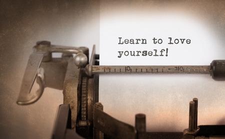 Vintage inscription faite par vieille machine à écrire, Apprenez à vous aimer