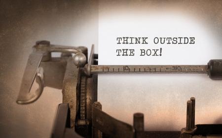 maquina de escribir: Primer plano de una máquina de escribir de la vendimia, foco selectivo, pensar fuera de la caja Foto de archivo
