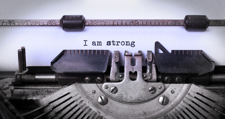 maquina de escribir: Primer plano de una m�quina de escribir vintage, viejo y oxidado, soy fuerte