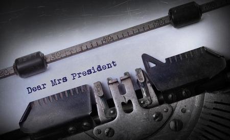 señora: Inscripción de la vendimia hecha por la máquina de escribir vieja, Estimada Sra Presidente