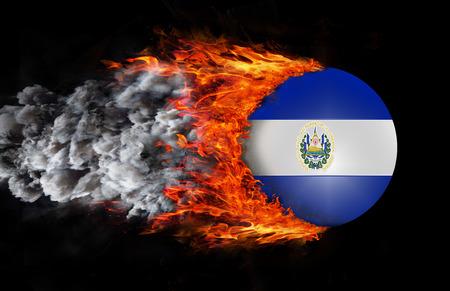 bandera de el salvador: Concepto de velocidad - Bandera de El Salvador con una estela de fuego y humo