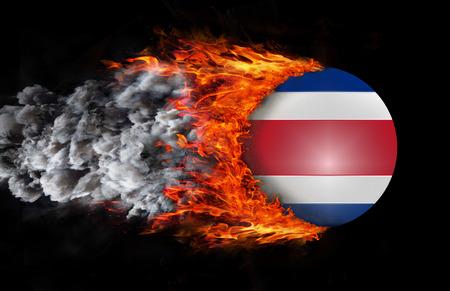 bandera de costa rica: Bandera de Costa Rica con una estela de fuego y humo Foto de archivo