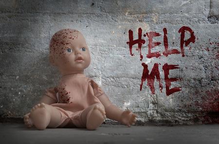 maltrato infantil: Concepto de abuso infantil - muñeca sangrienta, vintage