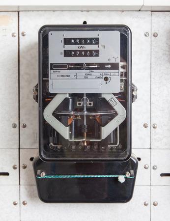 contador electrico: Herramienta de medición medidor de electricidad Watt hora hogar usar vista frontal Foto de archivo