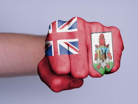la union hace la fuerza: Muy nudillos peludos del pu�o de un hombre de boxeo, bandera de las Bermudas