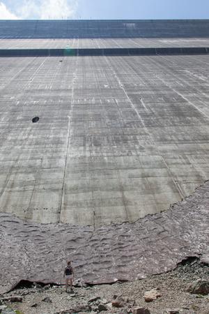gravedad: Mujer en la presa de Dixence Grande - Mundos m�s alta presa de gravedad en Suiza
