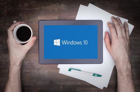 헤렌벤, 네덜란드 6 월 6 일 : 2015 년 윈도우 10 배경 태블릿 컴퓨터입니다. 윈도우 10은 Microsoft Corporation에 의해 윈도우 OS의 새 버전입니다 그것은 2015년 7