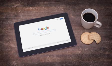 HEERENVEEN, 네덜란드 - 2014 년 6 월 6 일 : Google은 인터넷 관련 서비스 및 제품을 전문으로하는 미국의 다국적 기업입니다. 수익의 대부분은 애드워즈에서