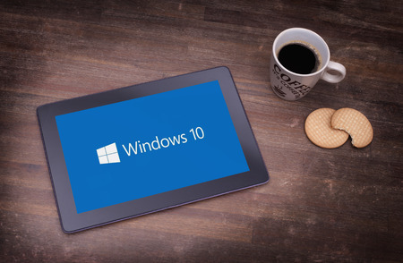 HEERENVEEN, PAYS-BAS, le 6 Juin, 2015: ordinateur tablette avec Windows 10 arrière-plan. Windows 10 est la nouvelle version de Windows OS par Microsoft Corporation; elle à partir du 29 Juillet 2015.