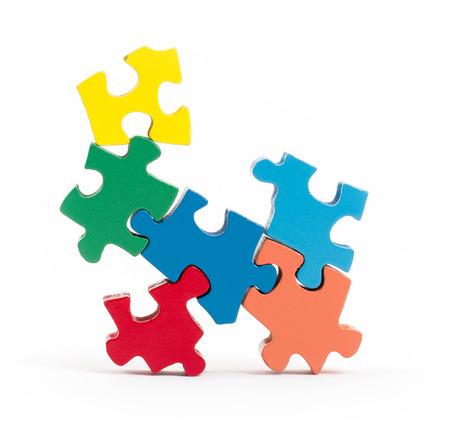 Close-up van grote puzzelstukken op wit wordt geïsoleerd
