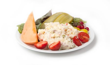 ensaladilla rusa: hora de la merienda - Vista de la ensalada rusa en un plato blanco, aislado Foto de archivo