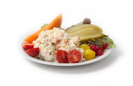 russian salad: hora de la merienda - Vista de la ensalada rusa en un plato blanco, aislado Foto de archivo
