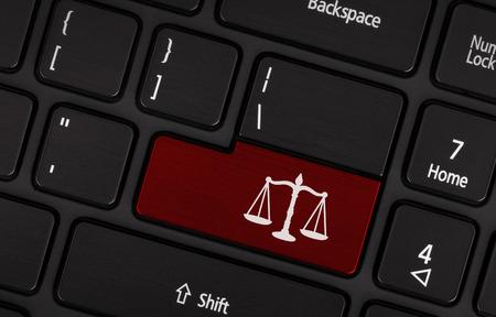 Gros plan sur le clavier conceptuel noir - symbole de la loi (touche rouge)