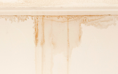 Water damaged ceiling and wall, white becomming brown 스톡 콘텐츠