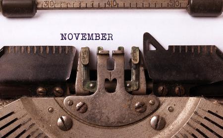 maquina de escribir: inscripción de la vendimia hecho de vieja máquina de escribir - Noviembre