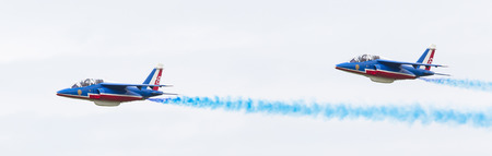 coordinacion: Leeuwarden, Países Bajos-junio 11, 2016: Los pilotos de Patrouille de France realiza acrobacias en el Salón Aeronáutico de Holanda el 11 de junio de 2016 en Leeuwarden campo de aviación, Países Bajos.