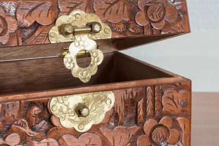 Bardzo stara drewniana klatka piersiowa z prostym kędziorkiem, selekcyjna ostrość Zdjęcie Seryjne