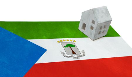 Nuova Guinea: Small house on a flag - Living or migrating to Equatorial Guinea