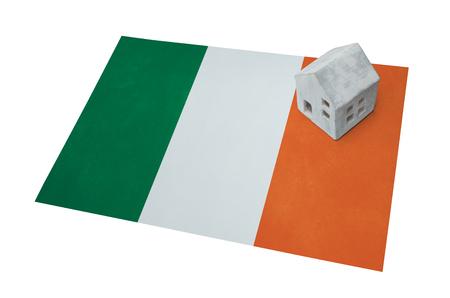 Pequeña casa en una bandera - Vivir o migrar a Irlanda