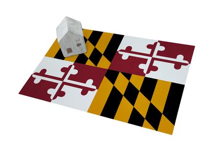investment real state: Pequeña casa en una bandera - Vivir o emigrar a Maryland Foto de archivo