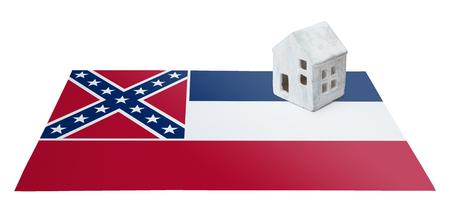 investment real state: Pequeña casa en una bandera - Vivir o migrar a Mississippi Foto de archivo