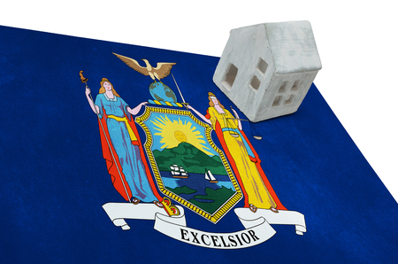 investment real state: Small house on a flag - Living or migrating to New York